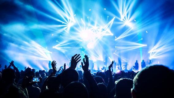 Applaudierende Konzertbesucher vor einer Showbühne © fotolia Foto: Anna Om