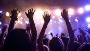Applaudierende Konzertbesucher vor einer Showbühne © fotolia Foto: bernardbodo
