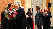 Ann Sophie bekommt Blumen von Detlev Rünger beim Botschaftsempfang in Wien. © NDR Fotograf: Rolf Klatt