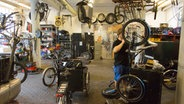 Montage der Christiania Bikes in der Fahrradwerkstatt in Christiania, Kopenhagen © picture alliance Fotograf: Robert B. Fishman