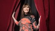 Die Sängerin Cindy Berger schaut durch einen Vorhang - eine Aufnahme vom 06. Januar 2018. © dpa Foto: Jörg Carstensen