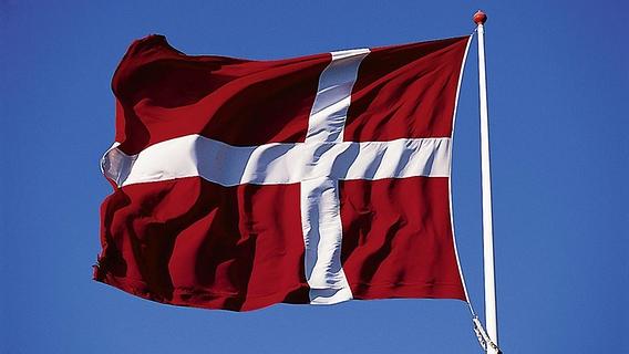 Eine dänische Flagge weht im Wind. ©  picture alliance / DUMONT Bildarchiv Foto: Holger Leue