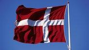 Eine dänische Flagge weht im Wind. ©  picture alliance / DUMONT Bildarchiv Fotograf: Holger Leue