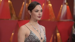 Die Schauspielerin Gal Gadot läuft bei der Oscar-Verleihung 2018 in Los Angeles über den roten Teppich. © picture alliance/AP/Invision Fotograf: Richard Shotwell
