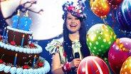 Jamie Lee hinter Geburtstagstorte und Luftballons (Bildmontage) © imago/Sven Simon, Fotolia Fotograf: kaktus2536, krstevski, Sven Simon