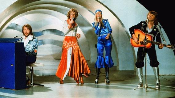 Abba, VL: Benny Andersson, Anni-Frid Lyngstad, Agnetha Fältskog und Björn Ulvaeus vertreten Schweden 1974 beim Grand Prix und belegen den 1. Platz © dpa Foto: Olle Lindeborg