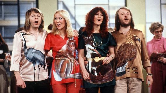 """ABBA bei einem Auftritt in der Fernsehshow """"Am laufenden Band"""" (1978) © picture-alliance"""