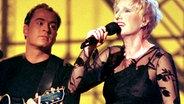 Corinna May mit ihrem Gitarristen Sascha Gerbig 1999 bei der Generalprobe zum deutschen Vorentscheid. Sie belegte den 1. Platz, wurde aber nachträglich disqualifiziert. Sie vertrat 2002 Deutschland beim Grand Prix und belegte den 21. Platz  Foto: Ingo Wagner