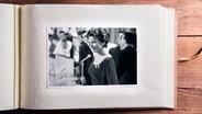 Lys Assia beim Grand Prix d'Eurovision 1956 in ein Fotoalbum montiert. (Bildmontage) © Hintergrund: fotolia.com Fotograf: Hintergrund: Halfpoint
