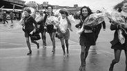 Modedesignerin Mary Quant (M.) mit einigen ihrer Models am Flughafen Berlin Tempelhof 1968 © picture-alliance