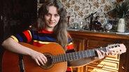 Schlagersängerin Nicole übt zu Hause auf der Gitarre © dpa - Bildarchiv Fotograf: von Maydell
