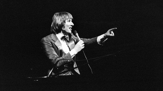 Der österreichische Sänger und Komponist Udo Jürgens bei einem Konzert in der Wiener Stadthalle. Aufnahme von 1973. © Picture Alliance/dpa/apa Foto: Barbara Pflaum