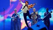Alexander Rybak springt mit seiner Geige auf die ESC Bühne. © Picture Alliance/dpa Fotograf: Jörg Carstensen