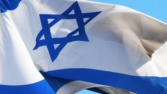 Eine israelische Flagge weht im Wind. © picture alliance Foto: Winfried Rothermel