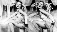 """Alice und Ellen Kessler tanzen in Revue-Kostümen im Film """"Scherben bringen Glück"""". © picture alliance/Keystone Foto: KEYSTONE"""