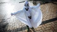 Ein als Geist verkleidetes Kind zu Halloween in der ukrainischen Hauptstadt Kiew © dpa