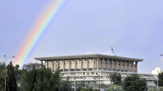 Ein Regenbogen über dem Gebäude des israelischen Parlaments © picture alliance / Arco Images GmbH Foto: Schoening