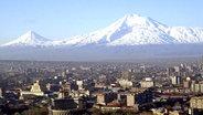 Armeniens Hauptstadt Eriwan, im Hintergrund der Berg Ararat. © TASS Fotograf: Melik Baghdasaryan
