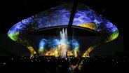 Die ESC-Bühne in Kiew wird in den Landesfarben beleuchtet, hier: Ukraine. © Eurovision.tv Fotograf: Thomas Hanses