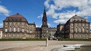 Schloss Christiansborg, der Sitz des dänischen Parlamentes Folketing in Kopenhagen © Picture Alliance / Arco Images GmbH Fotograf: G. Lenz