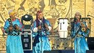 Eine Musikgruppe tritt beim marokkanischen Gnaoua-Festival auf. © dpa Fotograf: Michael Riehler