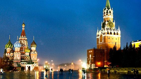 Der Rote Platz mit der Basilius-Kathedrale und dem Spasskaya-Turm der östlichen  Kreml-Mauer. © dpa Foto: Alessandro della Bella