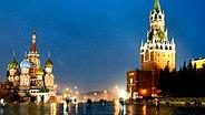 Der Rote Platz mit der Basilius-Kathedrale und dem Spasskaya-Turm der östlichen  Kreml-Mauer. © dpa Fotograf: Alessandro della Bella