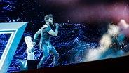 """Für Aserbaidschan steht Chingiz mit """"Truth"""" auf der ESC-Bühne. © eurovision.tv Foto: Thomas Hanses"""