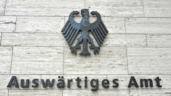 """Der Schriftzug """"Auswärtiges Amt"""" auf dem Amtsgebäude mit Bundesadler. © picture alliance / imageBROKER Foto: Ingo Schulz"""