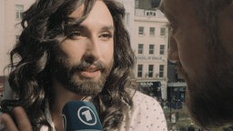 Conchita Wurst in Interview mit Bürger lars Dietrich