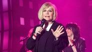 Mary Roos singt bei der ESC-Party auf der Reeperbahn. © NDR Foto: Uwe Ernst