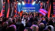 Mehrere Tausend Zuschauer verfolgen am Samstag (14.05.2011) auf dem Spielbudenplatz der Reeperbahn in Hamburg die Übertragung des Eurovision Song Contest aus Düsseldorf. © dpa Foto: Angelika Warmuth