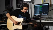 """Levent Geiger von der KiKA-Show """"Dein Song"""" mit einer Gitarre.  Foto: privat"""