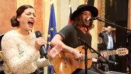 Ann Sophie und Dominic von den MakeMakes aus Österreich singen gemeinsam in der detuschen Botschaft in Wien © NDR/screenshot