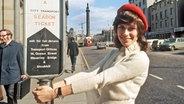 """Die deutsche Schlagersängerin undf Teilnehmerin am Grand Prix Eurovision de la Chanson am 25.3.1972 bei einem Bummel durch Edinburgh. Mit ihrem Lied """"Nur die Liebe lässt uns leben"""" kam sie auf den dritten Platz. © dpa-Bildarchiv Foto: UPI"""