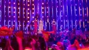 Die Moderatorinnen auf der Bühne in Lissabon. © NDR Foto: Rolf Klatt