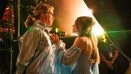 Will Ferrell und Rachel McAdams als Duo Fire Saga im Netflix-ESC-Film am Rande einer Bühne.  Foto: John Wilson/NETFLIX