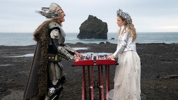"""Will Ferrell und Rachel McAdams performen als Duo Fire Saga im Netflix-ESC-Film den Song """"Volcano Man"""".  Foto: Elizabeth Viggiano/NETFLIX"""