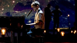 "Duncan Laurence spielt am Klavier in der Show ""Europe Shine A Light"".  Foto: EBU / Kris Pouw"