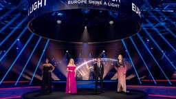 "Die Moderatoren der Show ""Europe Shine A Light"", Edsilia Rombley, Chantal Janzen, Jan Smid und NikkieTutorials.  Foto: EBU / Kris Pouw"