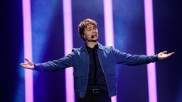 "Alexander Rybak mit ""That's How You Write A Song"" auf der Bühne in Lissabon. © eurovision.tv Fotograf: Thomas Hanses"
