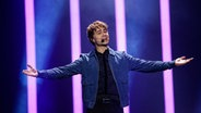 "Alexander Rybak mit ""That's How You Write A Song"" auf der Bühne in Lissabon. © eurovision.tv Foto: Thomas Hanses"