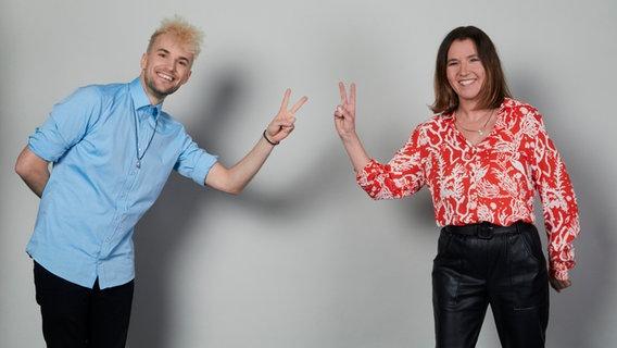 Jendrik, Deutschlands Kandidat für den Eurovision Song Contest 2021 zusammen mit Head of Delegation Alexandra Wolfslast. © NDR Foto: Hendrik Lüders