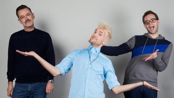 Jendrik, Deutschlands Kandidat für den Eurovision Song Contest 2021 mit den ESC Update Moderatoren Thomas Mohr und Marcel Stober. © NDR Foto: Hendrik Lüders