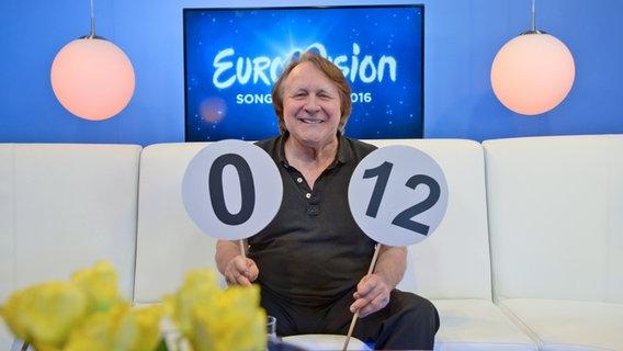 ESC-Moderator Peter Urban im Studio von eurovision.de © NDR Foto: Patricia Batlle