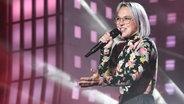 """Stefanie Heinzmann singt """"Mother's Heart"""" auf der Bühne der Grand Prix Party auf der Reeperbahn in Hamburg © NDR Foto: Uwe Ernst"""