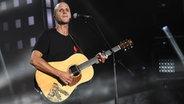 """Milow singt """"Help"""" auf der Bühne der Grand Prix Party auf der Reeperbahn in Hamburg © NDR Foto: Uwe Ernst"""