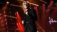 Christopher singt Irony auf der Bühne der Grand Prix Party auf der Reeperbahn in Hamburg © NDR Foto: Uwe Ernst