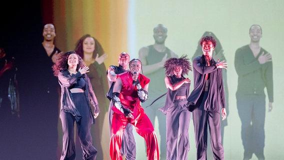 Tusse (Schweden) mit Tänzern auf der Bühne. © EBU Foto: Andres Putting