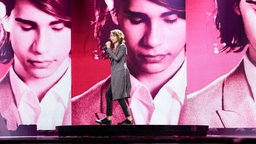 "Isaiah singt ""Don't Come Easy"" auf der ESC-Bühne in Kiew. © Eurovision.tv Foto: Thomas Hanses"